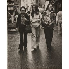 """""""Women Myeong-dong,"""" photographed by Limb. At left is painter Park Rae-hyun. / Courtesy of National Museum of Contemporary Art Korean Dress, Korean Outfits, Black Pin Up, Black And White, Time In Korea, South Korean Women, Korean Photo, Korean Peninsula, Museum Of Contemporary Art"""