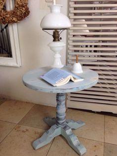 Zum Verkauf steht ein runder, romantischer, shabby chic Beistelltisch mit toller Patina in grau-blau.Der Tisch versprüht seinen Charme durch seinen durchaus gewollten used Look.Maße:Höhe: 56 cmDurchmesser: 56,5 cmFußbreite: 55 cmWir sind ein Privathaushalt und übernehmen daher keine Garantie.Gekauft wie gesehen!Artikel steht in 23847 Westerau in der Nähe von Bad Oldesloe, kann aber nach Absprache auch in 24568 Oersdorf bei Kaltenkirchen abgeholt werden.