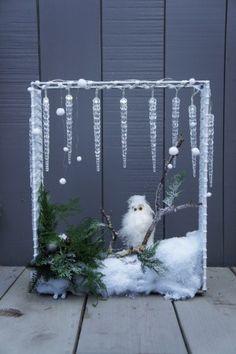 IJspegels als verlichting en een uil tussen het kerstgroen......
