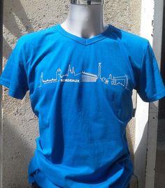 T-shirt BORDEAUX Skyline© bleu royal - T-shirt en col V orné du logo BORDEAUX Skyline© sur le devant. Moderne et élégant, il apporte une touche urbaine à la silhouette. Un cadeau idéal pour toute occasion et un joli souvenir de Bordeaux.