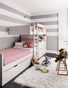 Offset bunk beds, grey and white striped walls Bunk Beds With Stairs, Kids Bunk Beds, Room For Two Kids, Ideas Dormitorios, Modern Bunk Beds, Modern Bedroom, New Room, Kids Bedroom, Kids Rooms