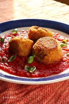 Die Arancini sind perfekt als schnelles Street Food in Sizilien, als raffinierte Vorspeise zu schmackhaften Dips oder als herzhaftes Hauptgericht in Tomatensauce. Dips, Ethnic Recipes, Food, Fancy Appetizers, Italian Cuisine, Sicily, Easy Meals, Sauces, Essen