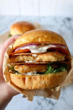 Den Sprøde Kyllingeburger – Den Smager Helt Fantastisk! - Jeg har lavet en ny favorit burger! En lækker hjemmelavet dressing, sprødt kyllingeskind, paneret kyllingebryst og sprøde cheddarchips! Amen for hulan det er bare lækkert! #burger #kylling #ost #aftensmad