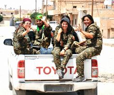 'Isis are afraid of girls': Kurdish female fighters believe they have an unexpected advantage fighting in Syria The Kurds, Gundam Wallpapers, Female Fighter, Female Soldier, Military Women, Kurdistan, Freedom Fighters, Women In History, Photojournalism