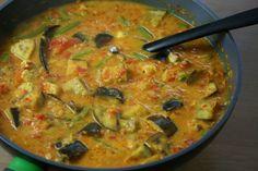 Curry! | bereidingstijd 40 minuten | 6 personen | Ingrediënten: • 3 el olijfolie • 2 tl mosterdzaad (zwart) • 1 tl fenegriekzaad • 1 rode Spaanse peper, zonder zaden en in dunne plakjes • evt. 1 handvol curryblaadjes • stuk verse gember van 2,5 cm, geschild en geraspt • 3 uien, in vieren • 1 tl chilipoeder • 1 tl kurkuma • 6 tomaten, in vieren • 4 dl kokosmelk (blik) • zout extra: • 2 kipfilets • 1 aubergine • 200 g sperziebonen • 1 el korianderzaad
