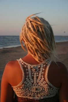 beach dreads I love everything about this. My hair is medium length so if I did dreads now I think they would be about this long. Dreads Short Hair, Blonde Dreadlocks, Dread Braids, Box Braids, White Girl Dreads, Dreads Girl, Dreadlock Hairstyles, Cool Hairstyles, Black Hairstyles
