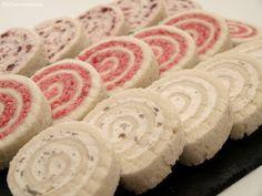 Canapés de salami, anchoas y arándanos
