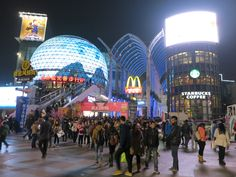 Guanggu pedestrian shopping street is one of the brightest and most exiting places in #Wuhan #China. #travel