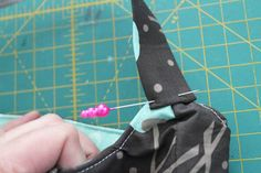 Pin Strap in Place Bag Pattern Free, Bag Patterns To Sew, Sewing Patterns, Diy Sewing Projects, Sewing Projects For Beginners, Sewing Crafts, Quilted Gifts, Quilted Bag, Japanese Sewing