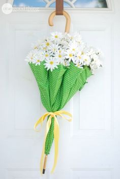 This collection of 20 beautiful spring wreath ideas are all easy DIY spring door wreaths you will love to make and display! This stunning DIY peony wreath Diy Spring, Spring Door, Spring Home Decor, Spring Crafts, Spring Wreaths For Front Door Diy, Spring Party, Diy Wreath, Door Wreaths, Wreath Ideas