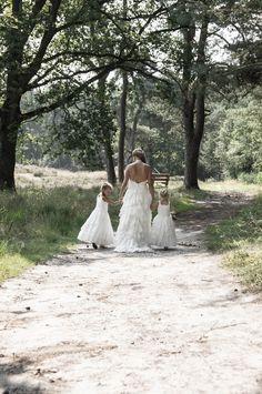 Zo mooi om bij dit Huwelijk van Jorim & Kristy aanwezig te zijn als hun Trouwfotograaf. Een hele eer en wat waren ze beeldschoon. Samen met hun kinderen in het Huwelijksbootje. Maar net even anders want het was zeker een Vintage Wedding. De ceremonie werd gehouden op een prachtige open plek in het bos. Trots om de foto's en blij deze mensen te kennen.