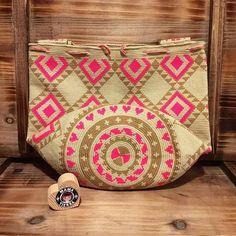 💛❤️💜💚🖤 #heart 💕 #ngo #❤️ #wayuu #style #ethicalfashion #indigenousrights #ootd #love #mochila #fblogger #fashion #fashionblogger #칠라백 #와유백 #독특한 #排他的 #獨家 #퓨전 #融合 #聚變 #애정 #愛 #愛 #귀엽다 #可愛い #taiwan #china #wayuulovers #zürich Crochet Chart, Knit Or Crochet, Mochila Crochet, Tapestry Crochet Patterns, Tapestry Bag, Crochet World, Crochet Purses, Purses And Bags, Reusable Tote Bags