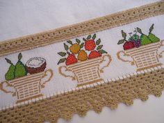 Pano de prato feito em tecido de sacaria alvejado 100% algodão, bem encorpado. Ideal para cozinha.    Com 1 barrinha de etamine bordada ponto cruz a mão.    Entremeio, barradinho e caseado de crochê com linha Cléa.    Trabalhamos com produtos de qualidade. Mas, não usem alvejante com cloro, pode ... Hand Embroidery Videos, Cross Stitch Embroidery, Diy And Crafts, Coin Purse, Cross Stitch Kitchen, Dish Towels, Hand Embroidery Patterns, Cross Stitch Baby, Cross Stitch Art