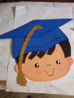 recursos para educación inicial: IDEA PARA LA FOTO DE PROMOCIÓN... Pre K Graduation, Kindergarten Graduation, Graduation Cards, Diy And Crafts, Crafts For Kids, Arts And Crafts, Crown Printable, Graduation Party Centerpieces, 3d Cards