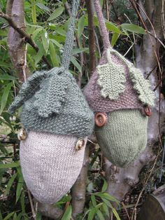 Free Knitting Pattern for Acorn Project Bag - Wrist bag to hold your on-the-go yarn projects in style. Designed by Kelly Erin Fournier. In the pictured project, VengefulLovers made some mods and added oak leaves from Lesley Stanfield's 100 Flowers to Knit & Crochet