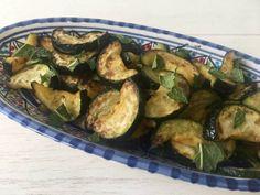 Gebakken courgette met verse munt - courgette recept Food Platters, Sprouts, Zucchini, Vegetables, Summer Squash, Veggies, Veggie Food, Brussels Sprouts, Vegetable Recipes