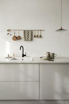 Wijzinkees / spring moods / Simple minimalist grey kitchen design – The World Interior Design Minimalist, Interior Design Tips, Home Interior, Kitchen Interior, Interior Inspiration, Grey Kitchen Designs, Rustic Kitchen Design, Chic Retro, Cuisines Design