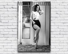 Black and White pin up photo of NZ model Velvet DeCollete in 1960's style.