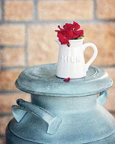 Milk Can - Country Kitchen Wall Art with Red Geraniums - Antique Milk Can Wall Art for your Country Kitchen Country Kitchen Farmhouse, Modern Farmhouse Kitchens, Farmhouse Kitchen Decor, Antique Milk Can, Kitchen Wall Art, Kitchen Sinks, Retro Appliances, Red Geraniums, Cheap Wall Decor