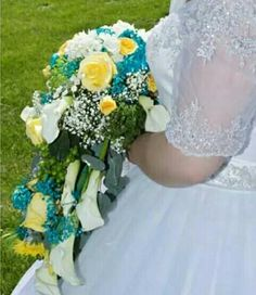 Fabulous shaped flower cascade. White Calla Lily, Yellow Roses, some marvelous Green Flowers and turquoise baby breath. Design by Manzure Tablas