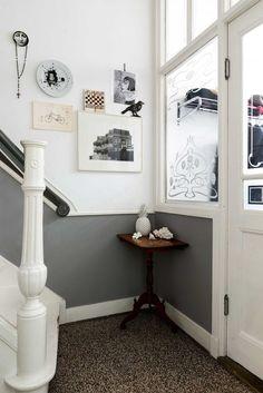 Hal met grijze lambrisering en posters aan de muur | Hall with grey paneling and posters on the wall | vtwonen 11-2017 | Fotografie Stan Koolen | Styling Annelies Morris