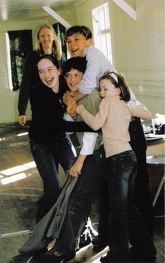 Anna Popplewell (Susan), Skandar Keynes (Ed), William Moseley (Pete), and Georgie Henley (Lucy), off of the first Narnia film set. Lucy Pevensie, Susan Pevensie, Peter Pevensie, Narnia Cast, Narnia 3, Skandar Keynes, Narnia Movies, Georgie Henley, Cs Lewis