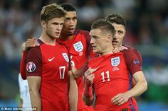 Eric Dier, Chris Smalling, Jamie Vardy and Gary Cahill discuss tactics during the stalemate with Slovakia England Euro 2016, Gary Cahill, Jamie Vardy, Wayne Rooney, Lions, Beautiful Men, Fails, Soccer, Handsome