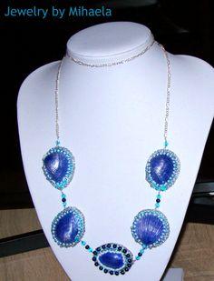Shell necklace 2 🌊 Realizat cu toho, scoici vopsite manual cu vopsea acrilica, fetru, piele ecologica ( pe spate ) , cristale, perle, lant argintiu. Lungimea colierului 42cm.💦🐚