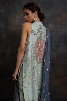 New wedding indian dress color combinations india Ideas Pakistani Formal Dresses, Nikkah Dress, Pakistani Outfits, Indian Outfits, Dress Indian Style, Indian Dresses, Saris, Indian Designer Outfits, Designer Dresses