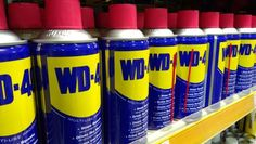 has far more uses than just fixing squeaky hinges. This household spray can perform some amazing tasks and save you money. Wd 40 Usos, Car Cleaning, Cleaning Hacks, New York, Cooking Oil, Cooking Lamb, Coffee Break, Housekeeping, Ovens