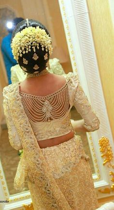 What a beautiful large low bun with real flower gajra & juda pins! Care however … - blouse designs wedding - Saree Blouse Neck Designs, Bridal Blouse Designs, Indian Wedding Hairstyles, Indian Wedding Outfits, Wedding Sari, Indian Wedding Jewelry, Hair Wedding, Moda Indiana, Bridal Lehenga