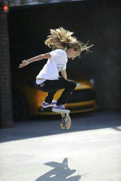 27 早速挑戦ー !「結構うまいね!やったことあるの?」 「初めてだよ。あっ、サーフィンは前に一度。」 「やっぱりね。筋がいいよ。」 Girl skateboarding