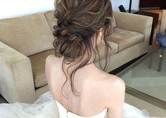 シニヨンからおくれ毛を出すヘアアレンジ方法