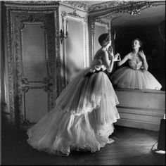 "Vintage Dior- Christian Dior called his collection of 1947 ""corolle"" or the petals of a flower. Carmel Snow, editor-in-chief of Harper's Bazaar, baptized it as the ""New Look"". photo by Louise Dahl Wolfe. Vestidos Vintage, Vintage Dresses, Vintage Outfits, Vintage Fashion, Vintage Clothing, 1950s Fashion, Robes Christian Dior, Christian Dior Vintage, Cristian Dior"