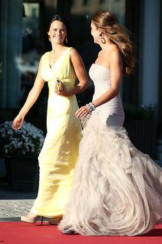 Hochzeit in Schweden: Sofia Hellqvist, die Freundin von Prinz Carl Philip, kommt mit einer Freundin von Prinzessin Madeleine am Hotel an.