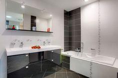 Salle de bain claire sol gris
