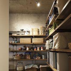 広いパントリー(食品収納庫)があるお宅ってうらやましいですよね。お家を建てるなら絶対、手に入れたい収納スペースです。今お家にパントリーがある、という方も、人様のお宅の収納術、ぜひマネしてキレイに整頓したいですよね。ステキな10の実例を参考に、憧れのパントリーを思い描いてみて下さい。