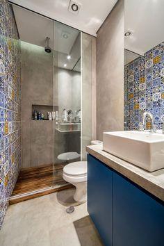 Decoração de apartamento pequeno. No banheiro, azulejo, nicho com adornos, armário azul, cuba branco.    #decoracao #decor #details #casadevalentina