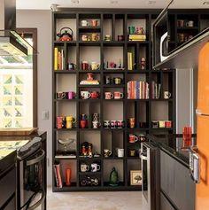 WEBSTA @ casa_casada - Estante na cozinha para acomodar a coleção de canecas do morador e os livros de receita, não ficou um charme? ☕️ {Por: Ney Lima, Foto: Victor Affaro}
