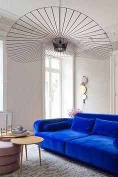 Einrichten mit farbigem Statement Piece — von innen Living Room Sofa, Living Room Interior, Home Living Room, Blue Furniture, Colorful Furniture, Beautiful Interior Design, Modern Interior, Craftsman Home Interiors, Living Place