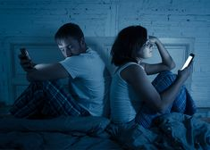 a couple both on their smartphones with their backs to each other in bed Social Media Negative, Social Media Usage, Green Eyed Monster, Focus Your Mind, Anxiety Causes, Science Articles, Body Confidence, Social Events, Envy