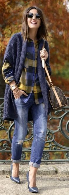 Cardigan, plaid shirt and ripped jeans for autumn street style. Mode Chic, Mode Style, Fall Winter Outfits, Autumn Winter Fashion, Looks Jeans, Casual Outfits, Cute Outfits, Look Fashion, Womens Fashion