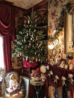 Victorian Christmas Tree, Old Time Christmas, English Christmas, Cosy Christmas, Cottage Christmas, Christmas Room, Old Fashioned Christmas, Christmas Past, Retro Christmas
