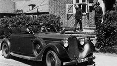 Großadmiral Karl Dönitz in seinem Dienstwagen vor dem Gebäude der Sportschule…