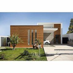 Fachada branco e madeira. Projeto Giuliana Fenocchi Arquitetura e Interiores.