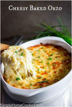 This baked orzo is the best way to prepare these tiny noodles. It& perfectly cheesy and so rich - everyone will love it! Want an unbeatable family dinner? Serve my baked orzo with breaded chicken skewers. Side Dish Recipes, Pasta Recipes, Dinner Recipes, Cooking Recipes, Side Dishes, Macaroni Recipes, Cheesy Recipes, Cheesy Orzo, Pasta Sides
