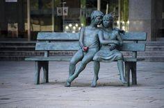 Banco Secreto es una escultura localzada cerca de la Universidad McGill en la Plaza Industrial Bank en Montreal, Quebec, Canada. Obra de Lea Vivot. Y que viva la complicidad y el amor.