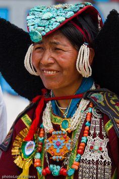 India | Ladakhi woman wearing wonderful jewellery. | © Lora & Evgeni, from thier blog Sharing Is Everything.