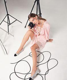 As camisolas e os robes das últimas temporadas evoluem agora para vestidos baby-dolls que aparecem em tecidos sofisticados e decorados com rendas delicadas. Para usar com flats e colares de corrente longa que voltam com força  look perfeito para quem vai aproveitar o feriado em clima zen! (foto @higorbastos; texto @viviansotocorno; styling @ale_benenti) #vogueabril  via VOGUE BRASIL MAGAZINE OFFICIAL INSTAGRAM - Fashion Campaigns  Haute Couture  Advertising  Editorial Photography  Magazine…