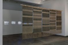 Beryl Korot, instalación de textiles y video, Text and Commentary, 1976-1977. Foto John Berens.